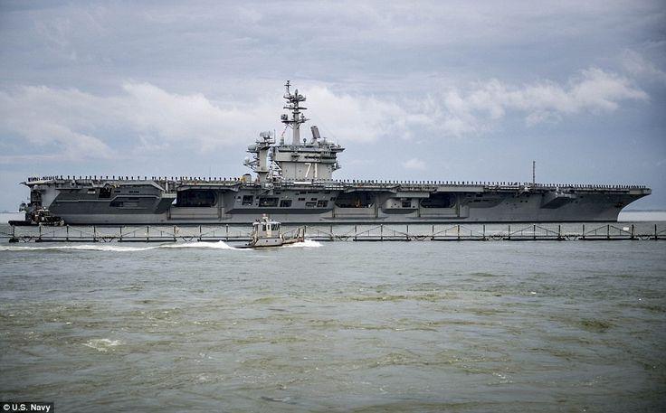 A repülőgép-hordozó USS Theodore Roosevelt (CVN 71) indul Naval Station Norfolk menetrend szerinti telepítési on március 11, 2015