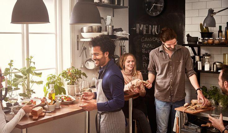 Уютные посиделки с друзьями за разделочным столом вместо обеденного.