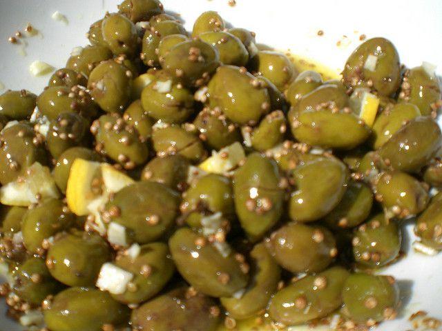 Kıbrıs Yemekleri - ÇAKISTEZ  -  Kıbrıs'a özgü zeytindir. Zeytin kırıldıktan ve suda bekletildikten sonra kekik, sarımsak ve limonla salamura edilir. Ardından kara yağ (erken hasat zeytinyağı) ve golyandro tohumuyla (kişniş) servis edilir.