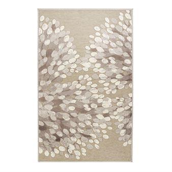 Piffa till ditt hem med den vackra Sydänpuu matta i grå-vitt designad av Riina Kuikka för Vallila Interior. Mattan är tillverkad i akryl chenille med en praktisk non-slip undersida och har ett härligt storblommigt mönster. Placera mattan i sovrummet eller varför inte i vardagsrummet
