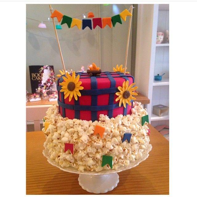 Apaixonada por esse bolo lindo para festa junina @elainemonteirobolos #bologourmet #bolodecorado #festajunina