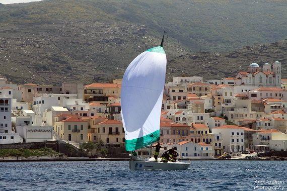Singulière, l'île des armateurs se distingue fortement des autres îles des Cyclades que ce soit par ses paysages ou son architecture. Seul point commun : les plaisirs épicuriens de la belle Égée à vivre !