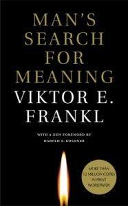 Το βιβλίο Αναζητώντας νόημα ζωής γράφτηκε το 1946 από τον Βίκτωρ Φρανκλ ο οποίος καταγράφει τις εμπειρίες του ως κρατούμενος σε ένα Γερμανικό στρατόπεδο συγκέντρωσης. Ο Φρανκλ περιγράφει την υπαρξιακή ψυχοθεραπευτική μέθοδο που έχει ως κεντρικό άξονα την αναζήτηση ενός νοήματος ζωής, ενός προσωπικού λόγου για να ζήσει κάποιος. Σύμφωνα με τον Φρανκλ, το βιβλίο προσπαθεί να απαντήσει στην ερώτηση: Πώς η καθημερινή ζωή ενός στρατοπέδου συγκέντρωσης αντανακλάται στο μυαλό του μέσου κρατούμενο;