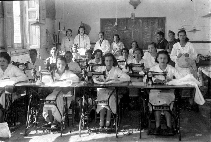 Milicianas de Carabanchel (Madrid), trabajando en la confección de prendas de abrigo para los soldados, en un taller socialista (octubre de 1936)
