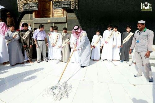 A group of students take part in mataaf cleaning project # Mecca
