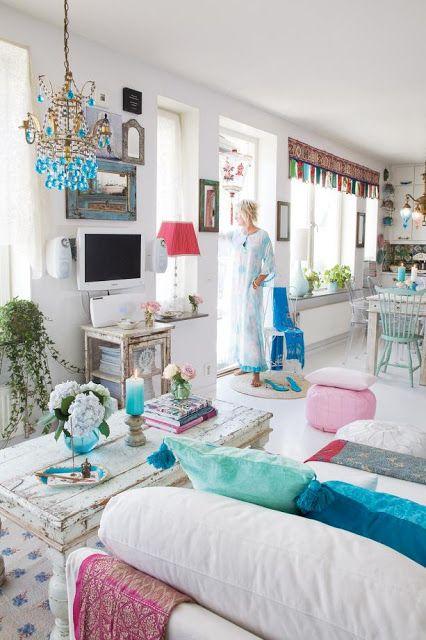 biało-turkusowy salon,styl orientalny,orient we wnetrzach,turkusowy kolor we wnetrzach,turkusowe meble,shabby chic we wnętrzach,indyjskie meble,turkusowe dodatki,starzone meble,meble w tylu vintage,ażurowe białe ścianki,indyjskie parawany,indyjskie aranzacje,inspiracje orientalne,orient w skandynawskich wnętrzach,orientalne dekoracje,dekoracje i dodatki indyjskie,różowe dodatki do wnętrz,biał-czarna mozaika,szklane lampy,orientalne oswietlenie,wielokolorowe oświetlenie,,kolorowe żyrandole
