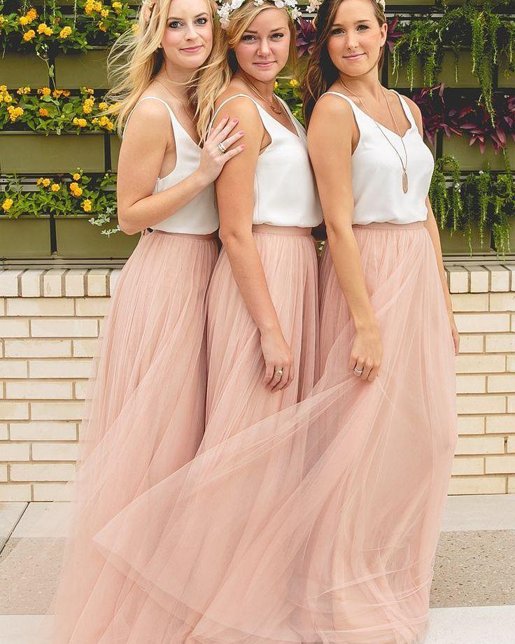 O modelo blusa e saia está super em alta e pode ser perfeito para casamentos mais despojados ou ao ar livre. Curtiram a ideia?