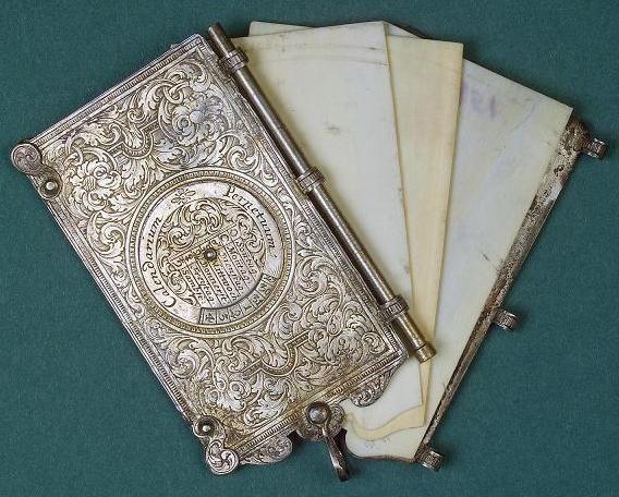 Carnet (sec. XVIII) Rusia / St Petersburg / Muzeul Ermitaj Carnet din argint cu trei file din fildeş, pe copertă un calendar perpetuu; (probabil) artă germană, sec. XVIII. Dimensiuni: 7,4 x 4,2 x 0…