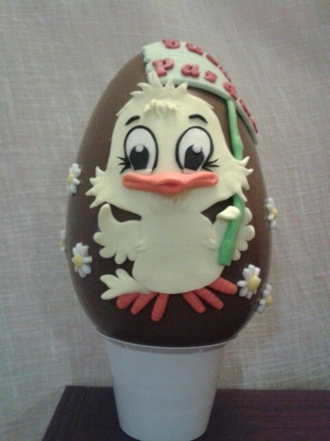 Uovo di cioccolato kinder decorato con pasta di zucchero