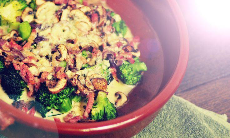 Broccoli uit de oven met Gorgonzola, kastanje champignons, rode ui en spekjes. Er gaat een eitje in om het gerecht lekker smeuïg te maken. Echt smikkelen!