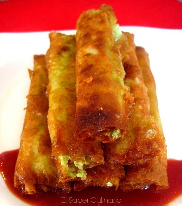 Cigarrillos de pasta filo rellenos de queso feta y picada de ajo, perejil y avellanas