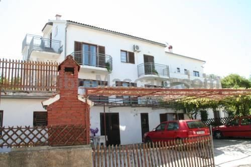 Apartments Stjepan Jelsa Located in Jelsa in the Hvar Island Region, 44 km from Split, Apartments Stjepan boasts a barbecue and terrace. Makarska is 30 km from the property. The accommodation comes with a satellite TV.