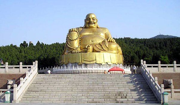 Гора Тысячи Буд, Цзинань  Гора Тысячи Будд считается основной достопримечательностью города Цзенань. Гора возвышается на 258 метров в высоту. В 1959 году вокруг нее был образован национальный парк провинции Шаньдун.  В 581−618 годах, когда правила династия Суй, на склонах горы было высечено большое количество силуэтов Будды и построен храм тысячи Будд, который стал после этого весьма известным. Поэтому гора носит тоже название что и храм. Гора включает в себя множество исторических мест и…