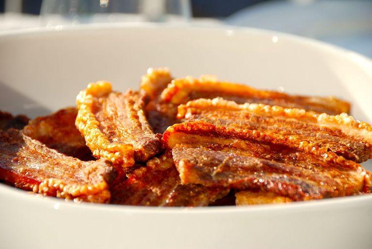 Opskrift på langtidsstegt flæsk i ovn, der giver dig meget mørt kød og særdeles sprød og knasende sprød svær. Rigtig stegt flæsk i ovn.