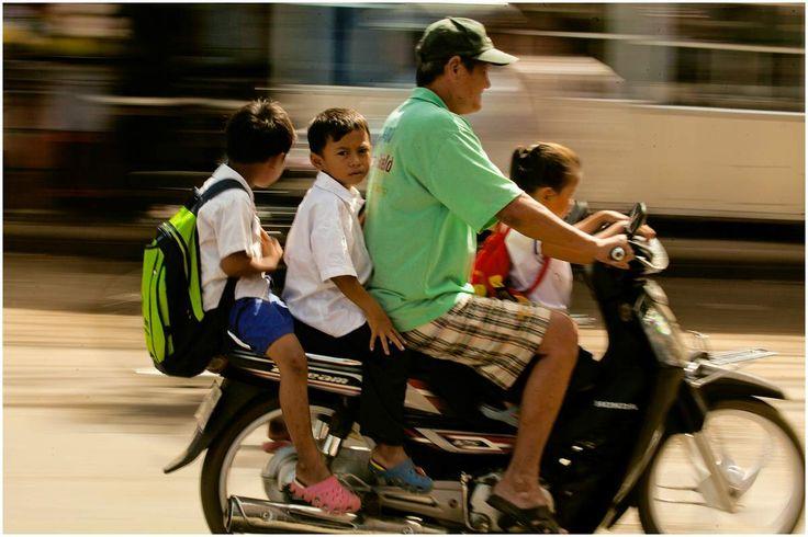 à trois, à quatre, avec des enfants, des bébés, des animaux, des gens qui dorment, les scooteurs sont une partie de la culture khmer ! Pour ces enfants c'est le moyen de locomotion habituel, ils n'ont pas peur alors que pour nous occidentaux,...