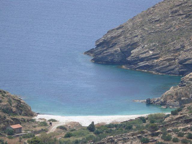 Η Παραλία του Αλμυρού και η περίφημη σπηλιά.