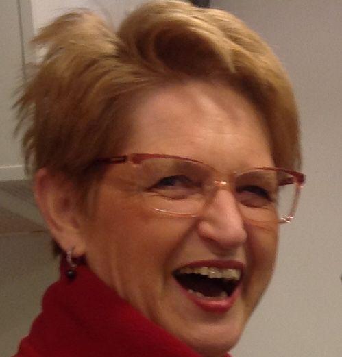 Nannie heeft altijd lol in haar werk.