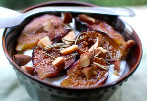 caramelized-figs-over-greek-yogurt-with-rosemary-toasted-almonds-and-honey