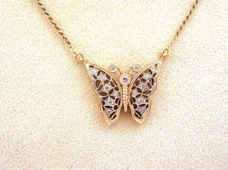 Necklace - Butterfly. 18 carat gold (kt), yellow and white  gold, 7.40 grams (gr). 15 diamonds, brilliant cut, total weight 0.28 carat (G colour VVs clarity). Length: 17.5 inches (Usa) | 42 cm (Italy). Codex: TMLS.ss.