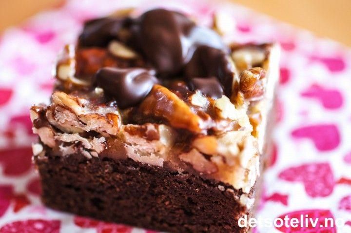 """Nommenommenom.... munnen full av """"Turtle Brownies""""..... deilig! Vi snakker superdeilig Brownie dekket med hjemmelaget karamell og pecannøtter. Oppå der smeltet, mørk sjokolade til pynt. Decadent and delicious! En amerikansk klassiker!"""