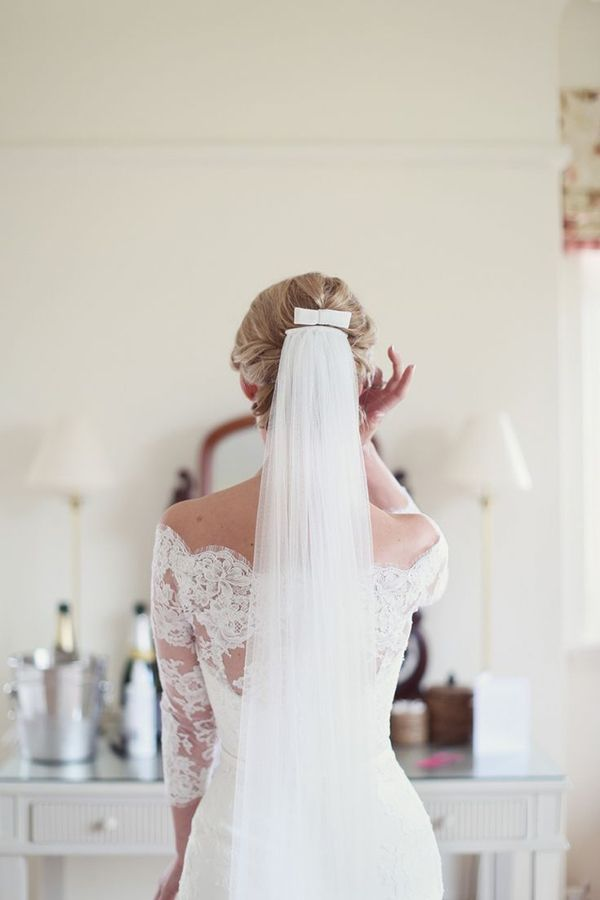 Love this bride's elegant wedding veil