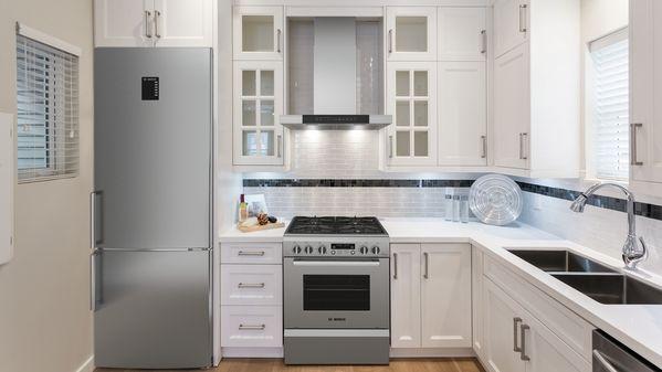 Wall-mounted canopy rangehood, Bottom mount fridge-freezer, Freestanding dishwasher 60 cm, Freestanding dual fuel gas cooker