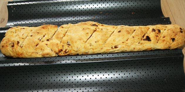 Enkel opskrift på flutes lavet med soltørrede tomater. Et rigtig lækkert madbrød der kan bruges som tilbehør til suppe, salater, grillmad og meget andet.