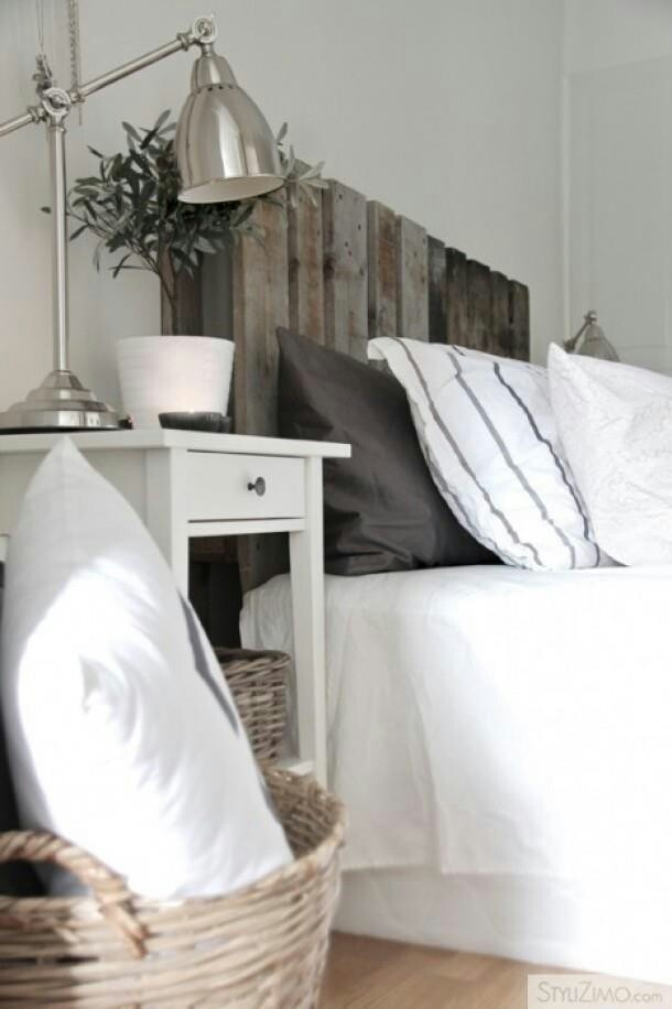 I love the country cottage feel this pallet headboard gives