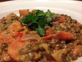 Heerlijk pittig, voedselzandloper-proof en licht verteerbaar: Curry met Franse groene linzen.