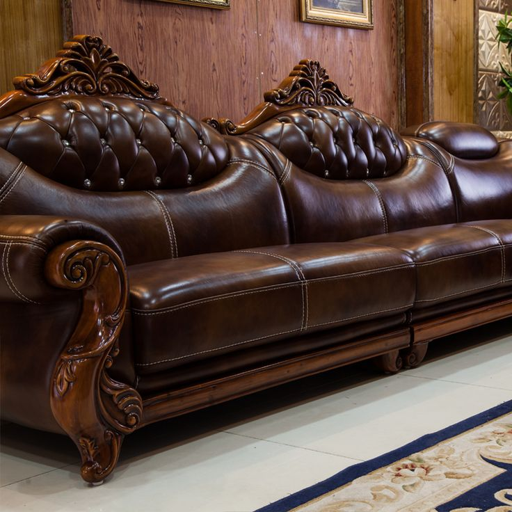 Темно-коричневый кожаный диван с резьбой по дереву
