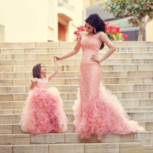 Prachtige roze lange mermaid bruidsjurk met rok van organza roezels en top bewerkt met kant en kralen.
