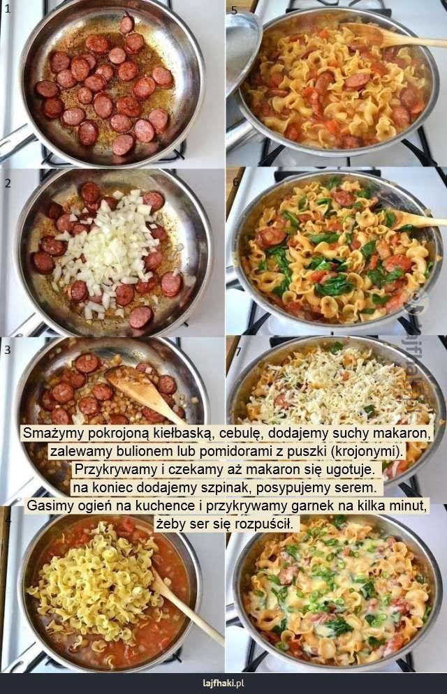 Lajfhaki.pl - Smażymy pokrojoną kiełbaską, cebulę, dodajemy suchy makaron, zalewamy bulionem lub pomidorami z puszki (krojonymi). Przykrywamy i czekamy aż makaron się ugotuje.  na koniec dodajemy szpinak, posypujemy serem.  Gasimy ogień na kuchence i przykrywamy garnek na kilka minut, żeby ser się rozpuścił.