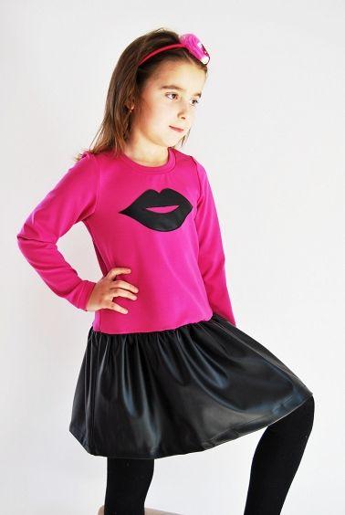 Sukienka w kolorze różowym - usta