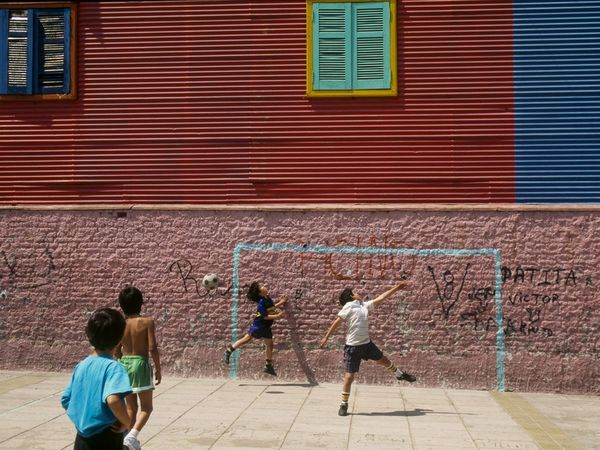 Estos niños estan jugado en juego de fútbol en Argentina.