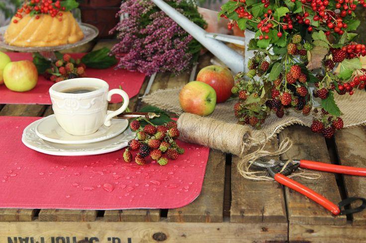 Coffee for One im HErbstgarten. Abwaschbare Tischsets von Sander.