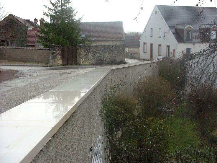 couvre-mur plat en béton lisse (ciment blanc ou gris); protection de muret; fabriqué en pierre de Bourgogne reconstituée.
