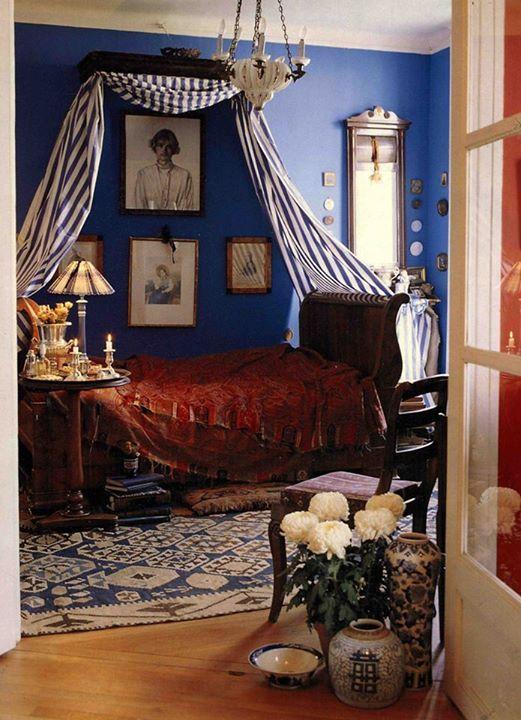 """""""Спальня в моей квартире не имеет прямых углов, для такого строения я подсмотрел в чужих интерьерах цвет синий Бенуа. Над кроватью висит мой портрет работы отца, Народного художника РСФСР Александра Павловича Васильева. Это 1978 год. Мне 20 лет."""""""