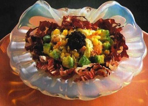 L'antipasto in insalata è una ricca preparazione a base di avocado che verrà tagliato a dadini con mais e polpa di granchio, che verranno poi irrorat...