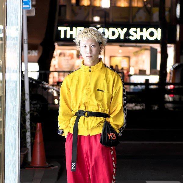 GAYA JALANAN TOKYO KUNING & MERAH DENGAN YOHJI Y-3, GEORGE COX, HUMMEL & WILSON | Dunia Fashion Jepang – Daiki, seorang staff yang bekerja di industri pakaian yang saat ini menginjak umur 19 tahun, ia tertangkap mata di Harajuku dengan memakai gaya anak jalanan dengan corak warna Merah dan Kuning.