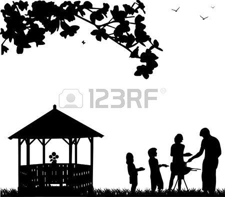 Barbecue et pique nique familial dans le jardin c t de l arbre ou une maison d t et les papillons vo Banque d'images