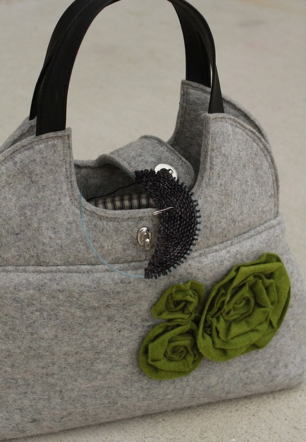 must make a bag like this for my knitting! love it!