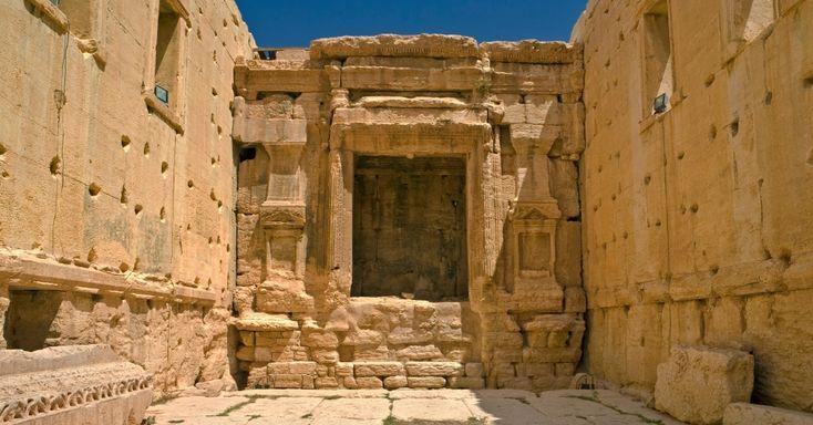 A arquitetura do Templo de Bel é uma junção de influências greco-romana e do leste. Situada em uma área cercada por pórticos, a edificação possui um formato retangular e um pátio pavimentado cercado por um paredão de 205 metros. Em um pódio no centro do pátio, fica a câmara interna do templo, chamada de cella, que é cercada por colunas coríntias, interrompidas apenas pelo portão de entrada com escadas largas de pedra que conduzem ao pátio
