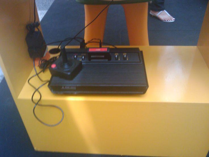 Um Atari 2600 numa exposição de jogos clássicos. Pena que era Enduro, e não Demon Attack, o único jogo que eu ganhava do meu irmão :P