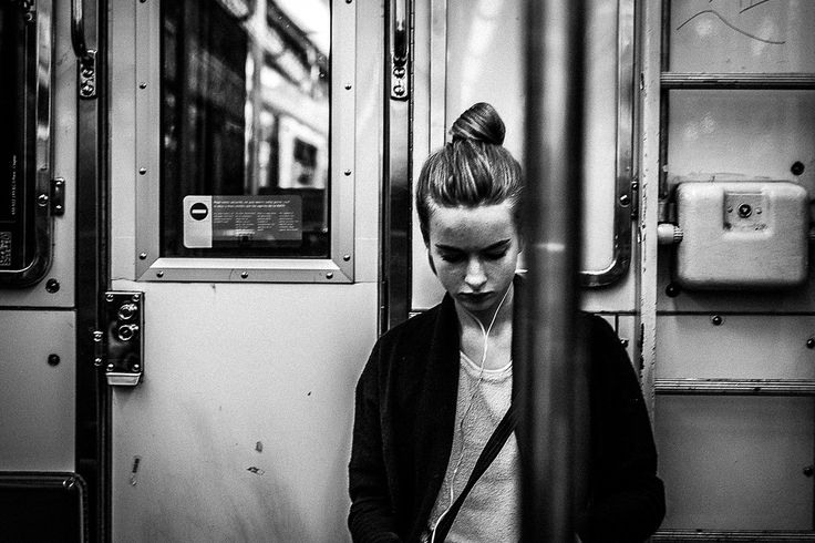 Um retrato no metro da linha amarela, associar a modernidade do metro, as cores. Retratado olhando para camera, enquadramento ok.