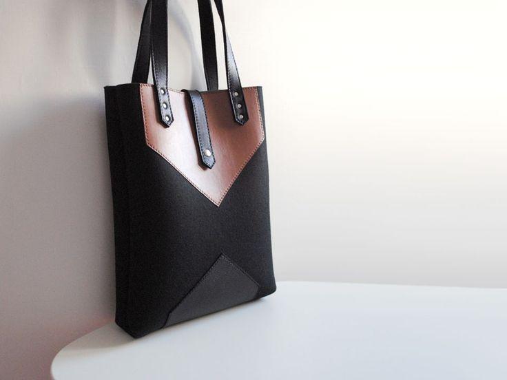 Сумка tote черного цвета из фетра и натуральной кожи