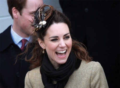 A duquesa Kate Middleton também usa penteados com plumas