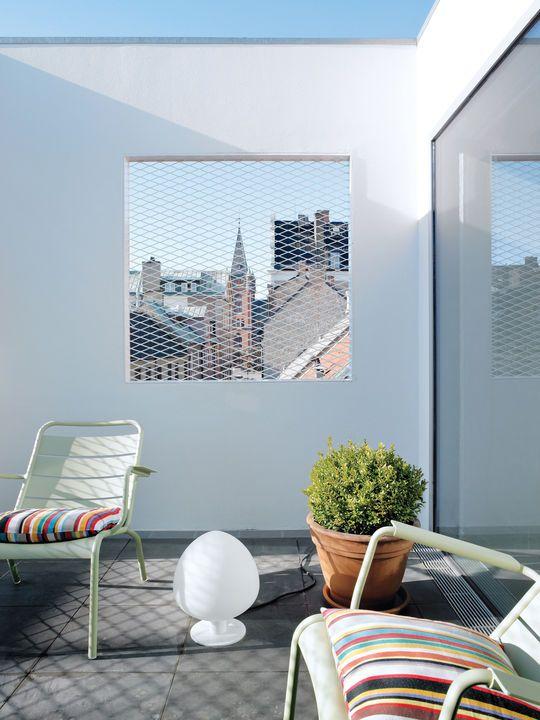 #Terrasse avec fauteuils bas #Luxembourg couleur vert #Tilleul #Fermob www.fermob.com / roof terrace