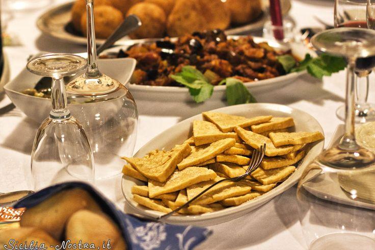 Панеллини – это хлебцы из нутовой или кукурузной муки. Традиционная сицилийская закуска, которая отлично дополняет обед/ужин или подается отдельным блюдом, вместе с капонатой или паштетом.