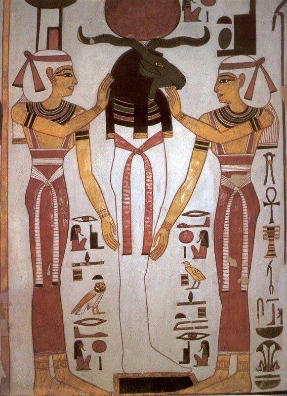Arte: Na pintura, destaca-se a lei da frontalidade, onde a cabeça, pernas e pés eram representados de busto e o tronco de frente. É possível encontrar muitas dessas pinturas nos túmulos, pois a mesma costuma contar a trajetória do morto até ali e até mesmo depois da morte. Na escultura, temos grandes obras como por exemplo a estátua de Ramsés II e o busto de Nefertiti, uma das mais famosas obras da antiguidade. Na arquiterura, além das grandes pirâmides, temos os grandes templos, como o…