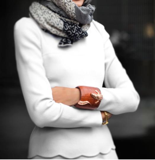 OVERDEL Flere pene, klassiske topper/genserer med kant.  Unngå cardiganer - da må du ha en elegant topp under.  Ha heller fine genserer, enkle, og et sjal over.   Om du trenger enda mer klær, ta en blazer over - istedenfor caridgan. Gir mer kant til outfit.